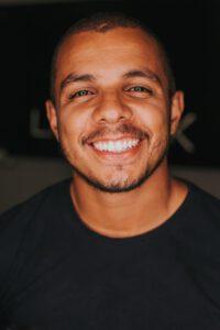 Natürliches Lächeln mit schönen Zähnen