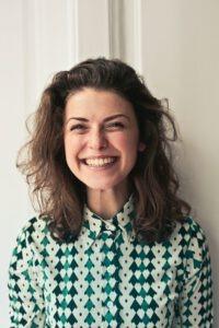 Sympathisches Lächeln mit schönen Zähnen